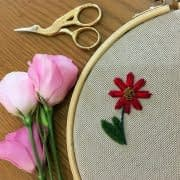 گلدوزي گل داوودي با شاخه و برگ