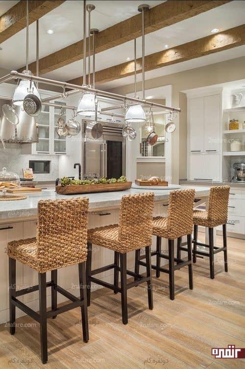 آشپزخانه ای مدرن و زیبا با صندلی های پایه بلند حصیری