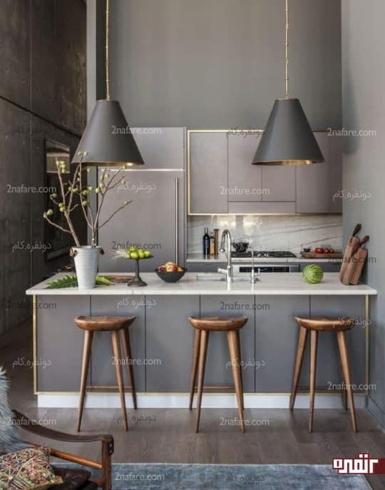 آشپزخانه خوش رنگ، کوچک و شیک با جزیره و صندلی های زیبا