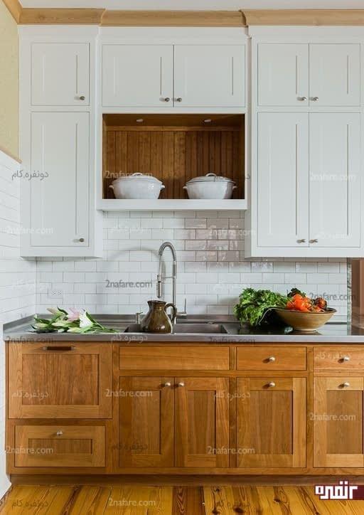 آشپزخانه دورنگ با دیزاین سنتی و طرح چوب