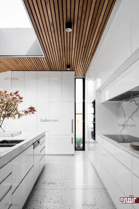 آشپزخانه سفید رنگ با ترکیب پوشش چوبی سقف
