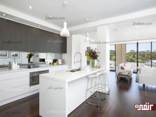 آشپزخونه مدرن با ترکیب رنگ چوب تیره و سفید