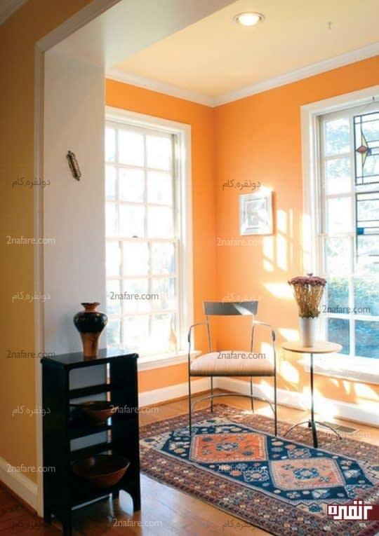 اتاقی پرنور با دیوارهای نارنجی