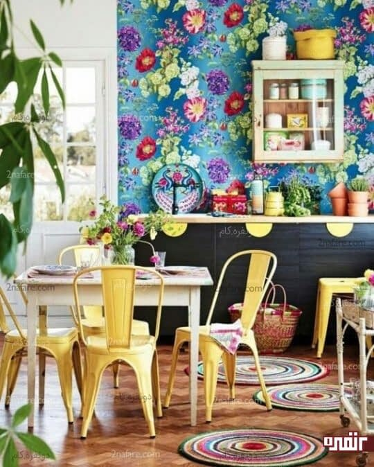 استفاده از کاغذ دیواری گلدار با زمینه ی آبی برای دیوار پشت کابینت ها