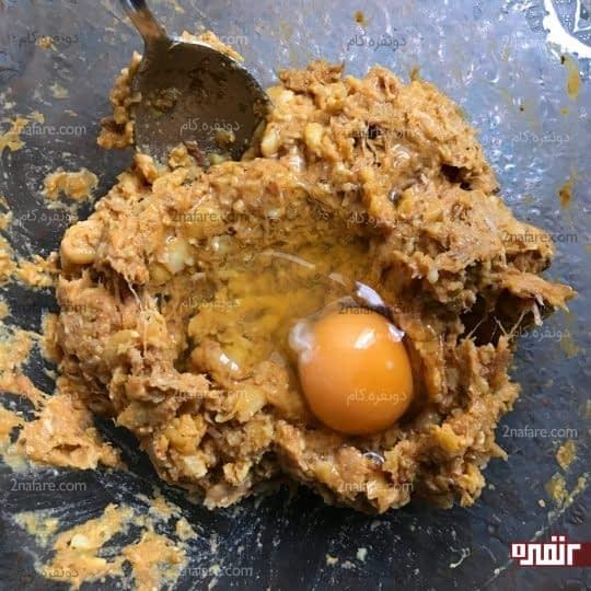 اضافه کردن تخم مرغ
