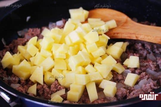 اضافه کردن سیب زمینی های نگینی خرد شده