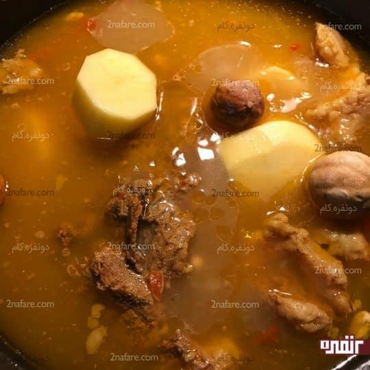 اضافه کردن سیب زمینی و لیمو عمانی
