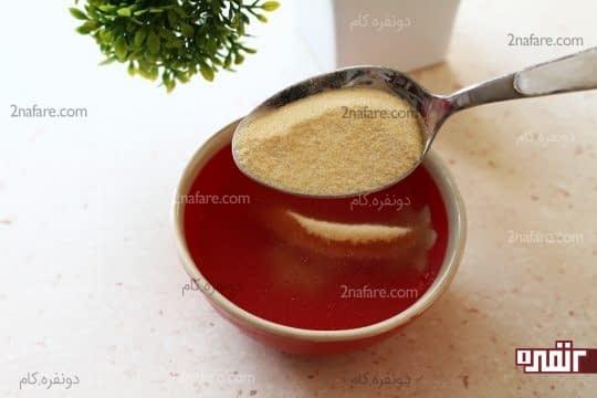 اضافه کردن پودر ژلاتین به آب سرد