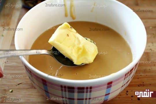اضافه کردن کره نرم و به دمای محیط رسیده به شیر عسلی