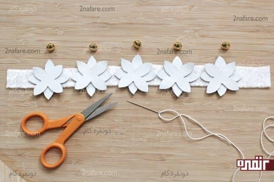برش گل ها و قرار دادن اونها روی پارچه ی سفید
