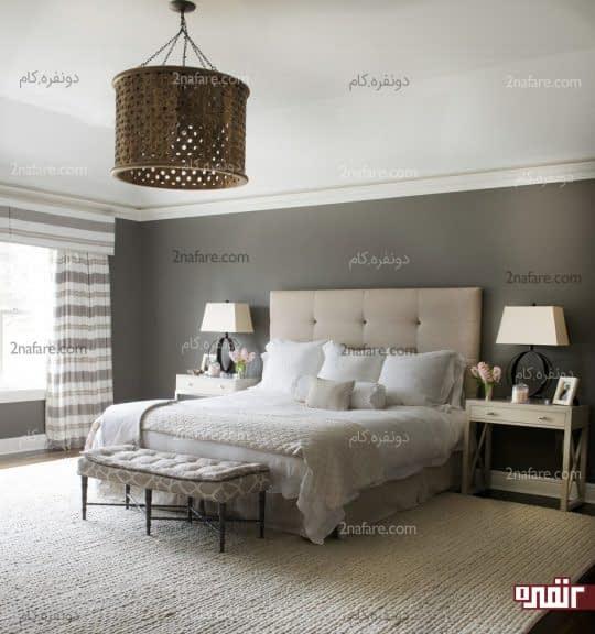 تخت خواب با فاصله در دورترین نقطه نسبت به درب ورودی قرار گرفته است