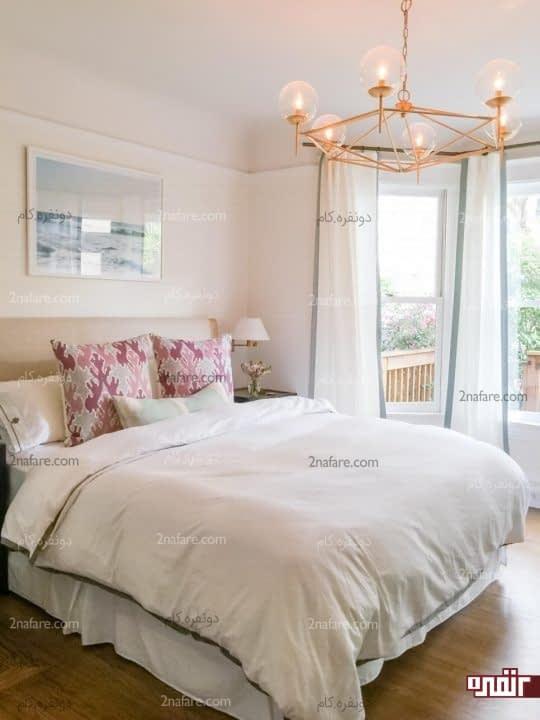 دو طرف تخت خواب فاصله ی کافی برای رفت و آمد قرار دهید