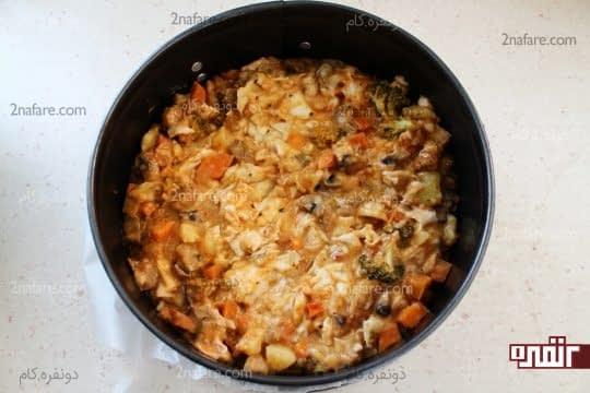 ریختن مخلوط سبزیجات و خمیر یوفکا داخل قالب
