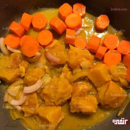 ریختن و هویج و مرغ در ماهیتابه