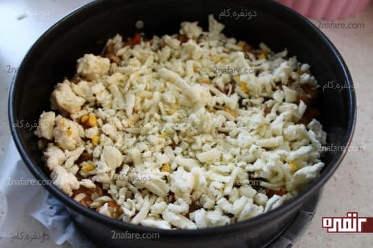 ریختن پنیر موزارلا رنده شده به همراه پودر اورگانو