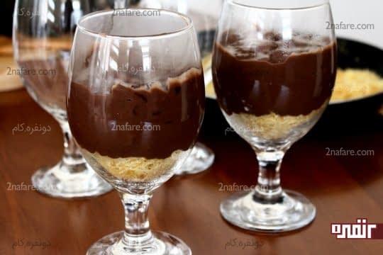 ریختن یک لایه از محلبیه شکلاتی