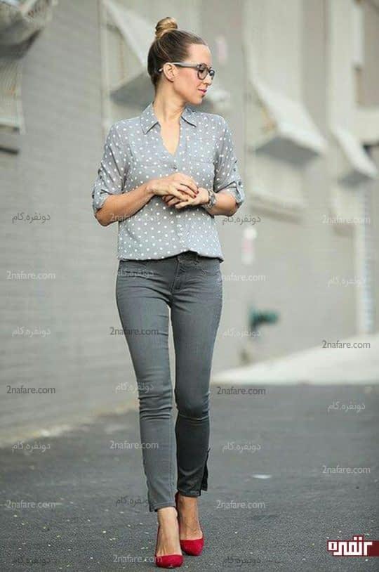 شلوار جین طوسی با کفش قرمز