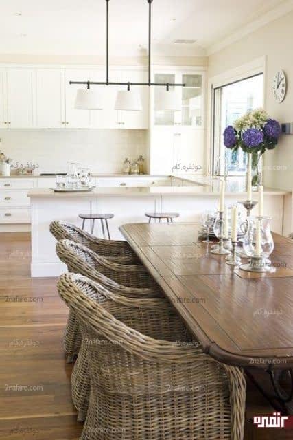 صندلی های قهوه ای حصیری در آشپزخانه ای به سبک مدرن