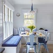 فضای غذاخوری در کنج خانه و در مقابل پنجره