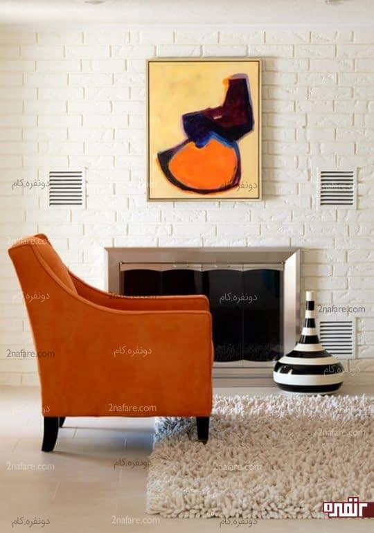 مبل تک نفره ی نارنجی در کنار فرشی برجسته و زیبا