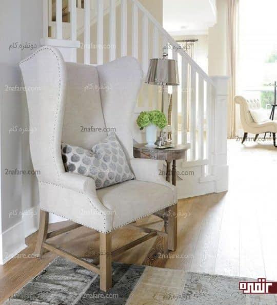 مبل سفید با پایه های چوبی در ترکیب با کفپوش چوبی و رنگ سفید دیوارها