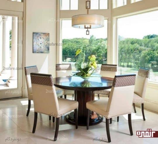 میز ناهارخوری گرد در اتاق غذاخوری
