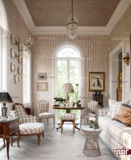 میز گرد در کنج اتاق و چهارپایه و صندلی های ست با مبلمان