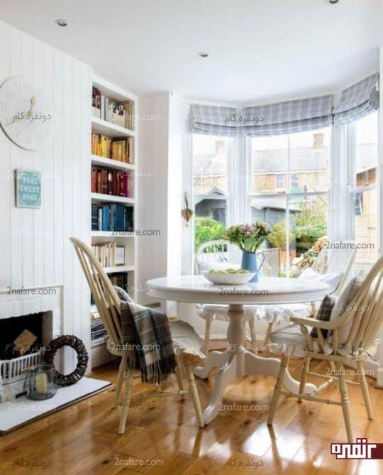 میز گرد و صندلی های چوبی، فضایی دنج در خانه های کوچک