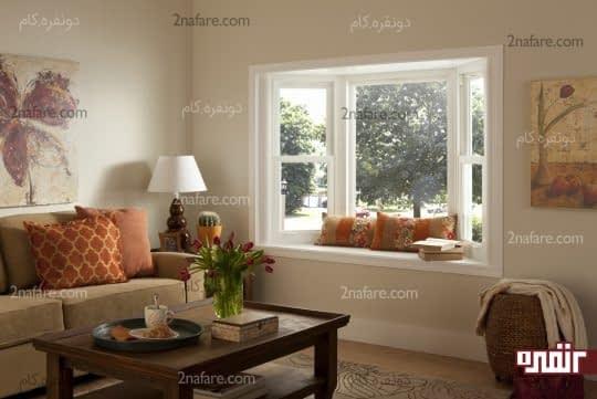 پنجره در دیوار اتاق نشیمن
