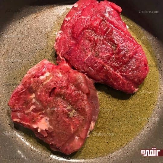 گذاشتن گوشت در ماهیتابه