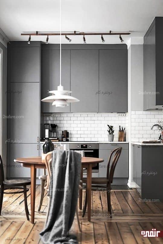 آشپزخانه مینیمال با کابینت های خاکستری براق با کف چوبی