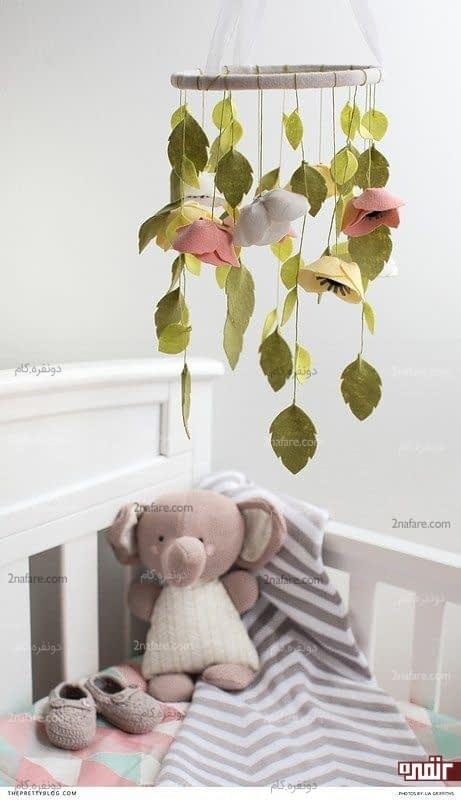 آویز زیبای کودکانه در بالای تخت نوزاد