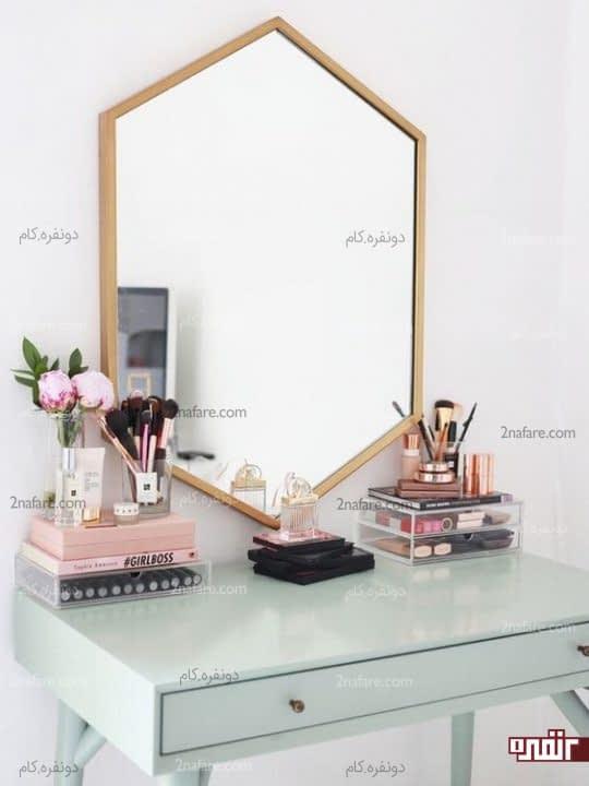 آینه دیواری هندسی با قاب طلایی برای میز آرایش