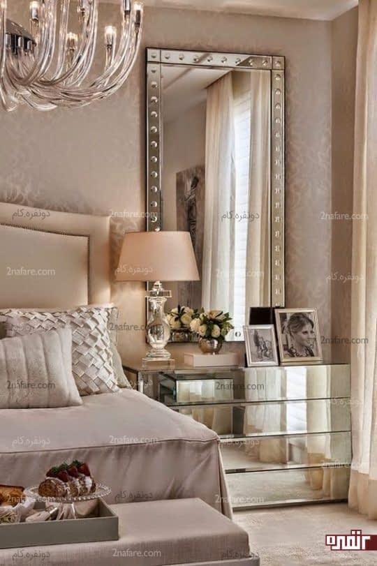 آینه و میز آرایش براق در اتاق خواب