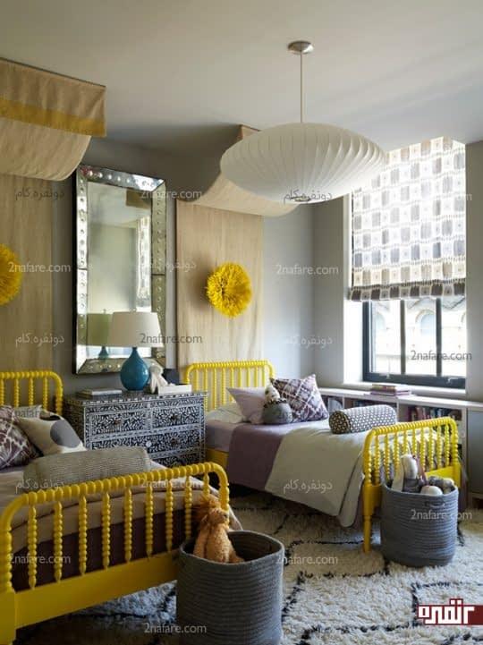 اتاقی دو تخته و زیبا با چیدمان متقارن و تشابه در لوازم