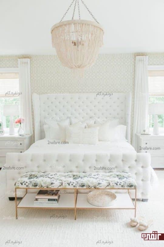 اتاق خوابی لوکس به رنگ روشن با تخت خوابی زیبا و دوخت کاری شده