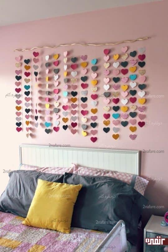 اتاق خواب جذاب با تزیین دیوار پشت تخت با آویزهای ساده و رنگی