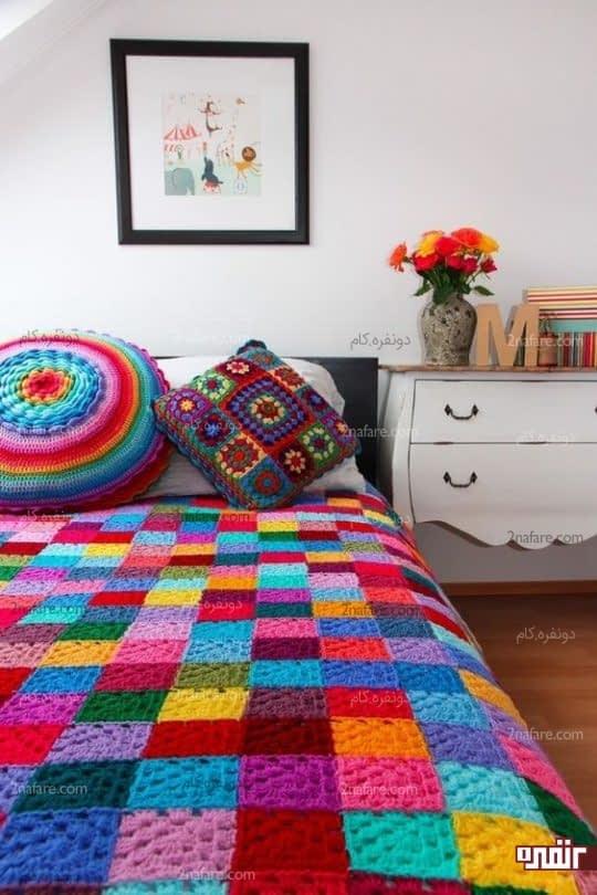 اتاق خواب جذاب با روتختی موتیف و کوسن های زیبا
