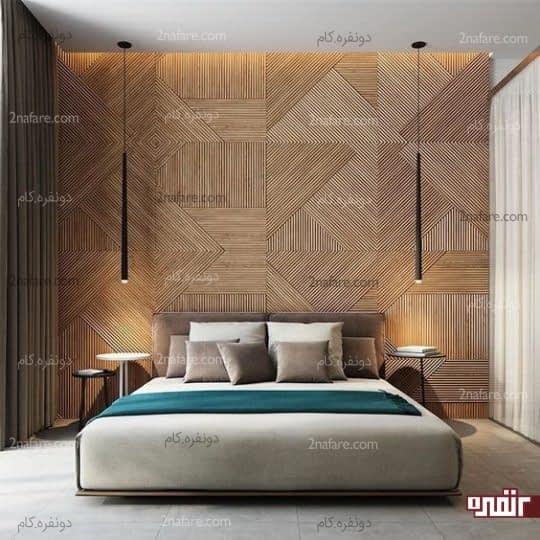 اتاق خواب مدرن با دیوار پشت تخت خواب پوشیده با طرح هندسی چوب، یک تخت خواب راحت و لامپ های چشمک زن