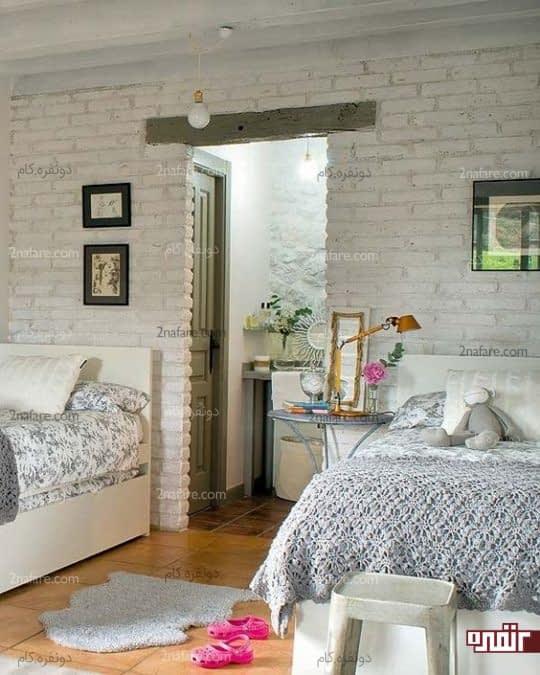 اتاق دو تخته ی دخترانه با رنگ سفید برای آجرهای دیوار