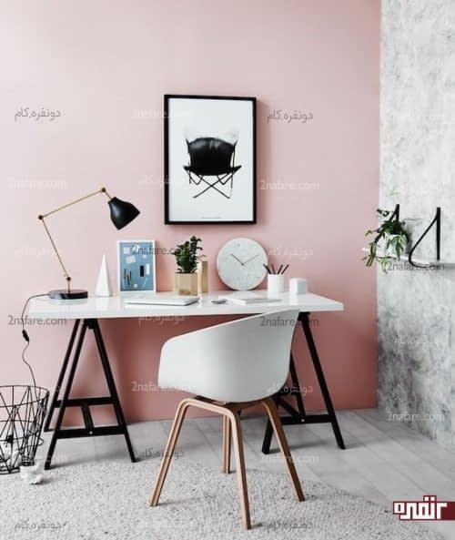 اتاق کار با دیوار صورتی و لوازم مشکی و زیبا