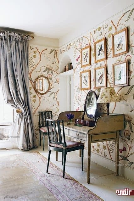 اتاق کار به سبک انگلیسی و تابلوهایی زیبا روی دیوار پوشیده از کاغذدیواری