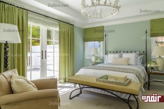 استفاده از سایه های ملایم رنگ سبز برای پرده و دیوار پشت تخت خواب