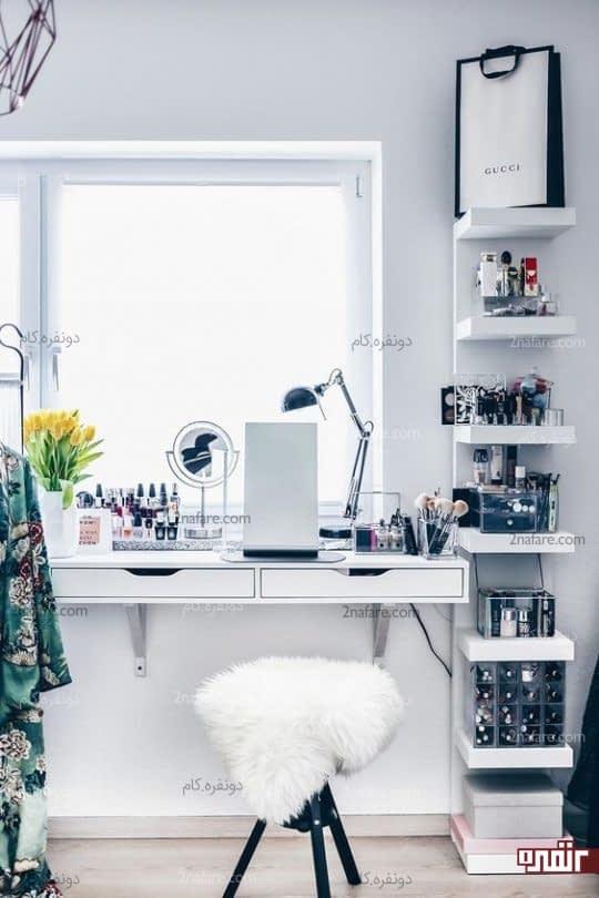 استفاده از نور طبیعی برای میز آرایشی شیک و راحت