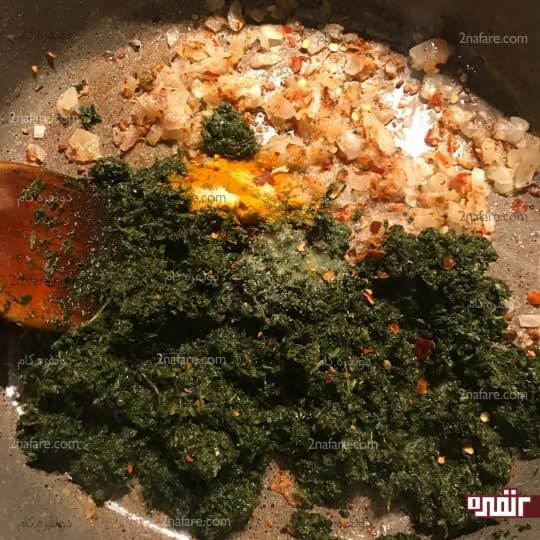 اضافه کردن سبزی به پیاز و سیر
