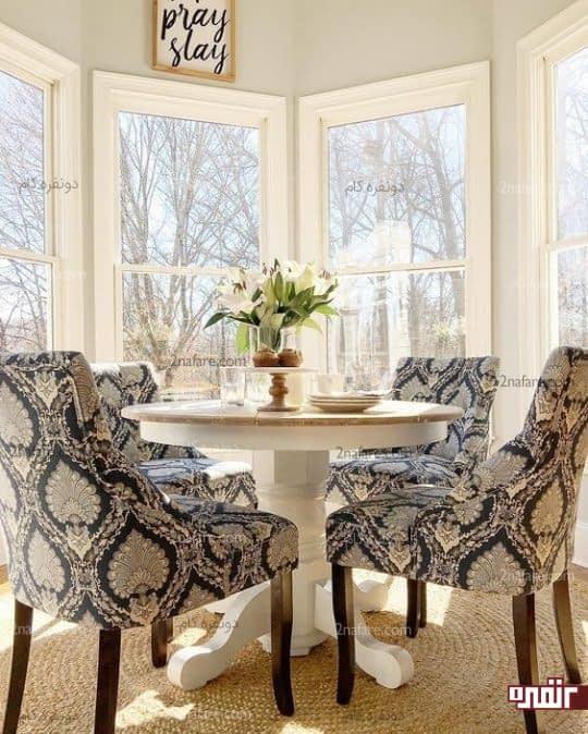 انتخاب میز گرد ساده و زیبا در کنار صندلی های طرح دار