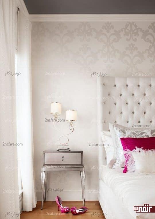 بزرگتر نشان دادن فضای اتاق خواب با استفاده از کاغذ دیواری به رنگ مبلمان