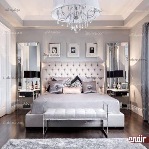 تخت با تاج بزرگ و دوخت کاری شده در کنار آینه های زیبا و بزرگ