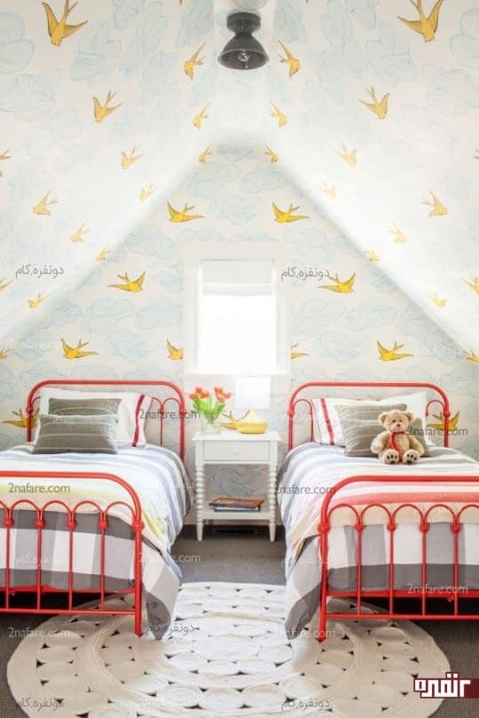 تخت های تک نفره در کنار هم در اتاقی دو تخته برای دختران