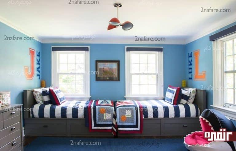 تخت های روبروی هم کنار پنجره در اتاق پسرانه